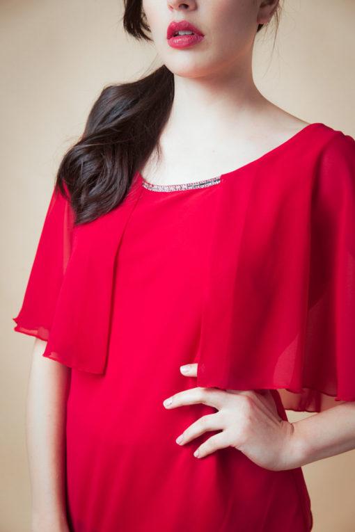 Blusa con brillos, aplique de strass en el cuello. Manga en gasa estilo capa. Cómoda , venta de ropa por mayor en Flores. Fabricantes de Vestidos , Blusas , Palazzos y Remeras.