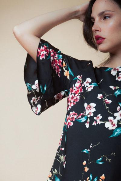 Blusa en bubble satén y con mangas de doble vuelo.Cómoda , venta de ropa por mayor en Flores. Fabricantes de Vestidos , Blusas , Palazzos y Remeras.