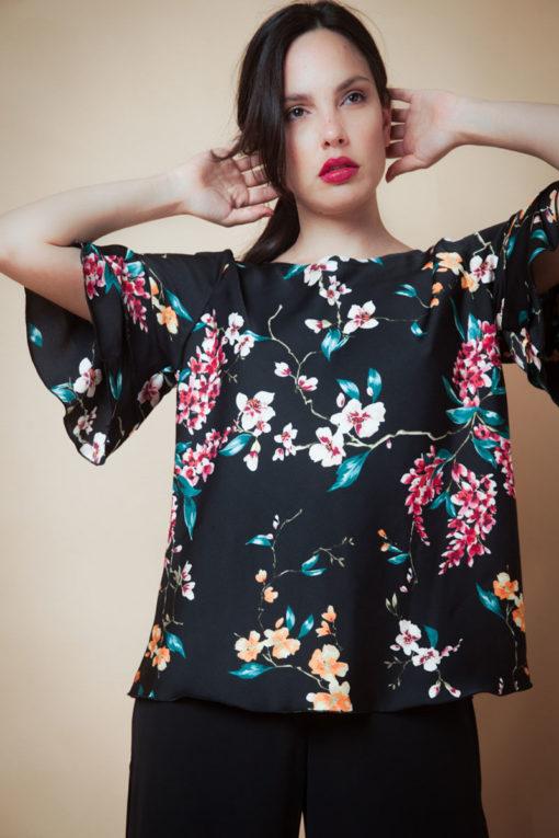 Blusa con volados en las mangas en bubble satén . Cómoda , venta de ropa por mayor en Flores. Fabricantes de Vestidos , Blusas , Palazzos y Remeras.